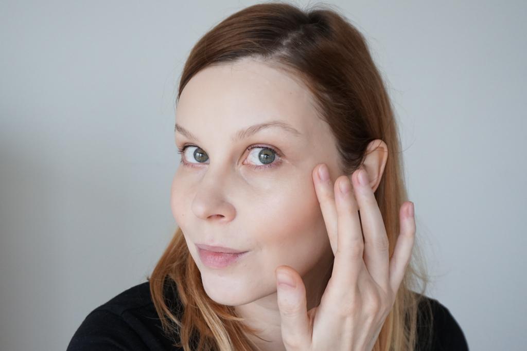 Lilah b. Glisten + Glow Skin Illuminator  b. enchanting swatches review recenzia