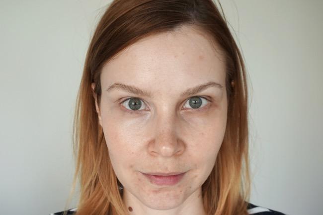 Becca Under Eye Brightening Corrector recenzia korektor na kruhy pod očami swatch